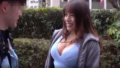 Gカップ巨乳&105cm巨尻AV女優が素人男性を逆ナンして痴女る!射精を我慢出来たら中出しSEXのご褒美!