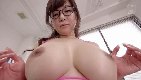 無能な部下をGカップのデカ乳で挑発する淫らな女上司の圧迫逆セクハラ!