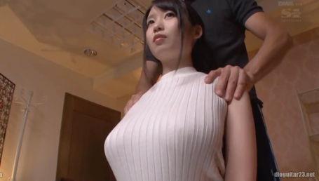 無防備すぎる隙ありGカップで服を着てても無意識に男を誘惑してしまう巨乳美少女