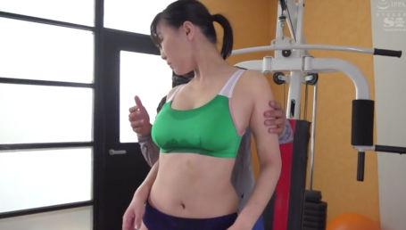トレーニングで汗だくになった細身Gカップの生徒に興奮しちゃってセクハラし始めるトレーナー