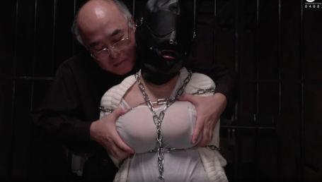 長身Gカップのエロボディ巨乳娘が鉄鎖で拘束されておっさんから性的拷問を受ける