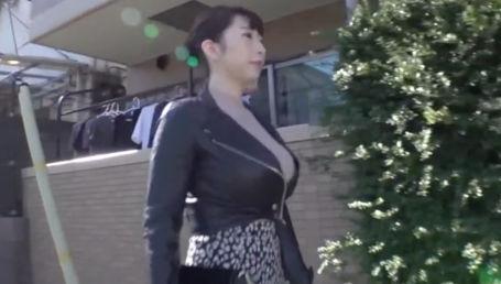 ライダースジャケットを着ていてもロケットっぷりが隠せてないIカップ爆乳女