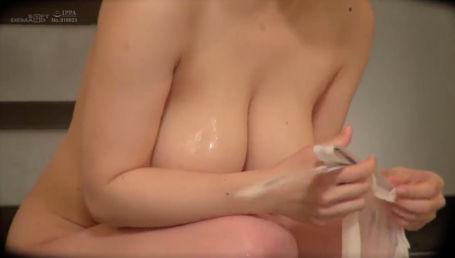 箱根温泉で見つけたKカップ女子大生が賞金目当てに男湯に突入してエッチなミッションに挑戦