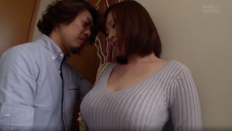 マシュマロ乳のIカップ爆乳娘がおっさんとホテルで密会して本能のまま中出しSEX