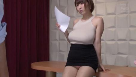 服の上からでもくっきり分かるノーブラJカップの乳首ポッチで誘惑する爆乳女子アナ