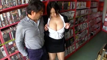 Jカップの谷間丸出しのスーツ姿で男性社員にデカパイ押し付けてセクハラしまくる爆乳女上司