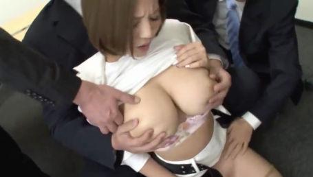 社長秘書として働く事になったMカップ超乳美女がエロ目的の特別な業務を強要されるセクハラを受ける