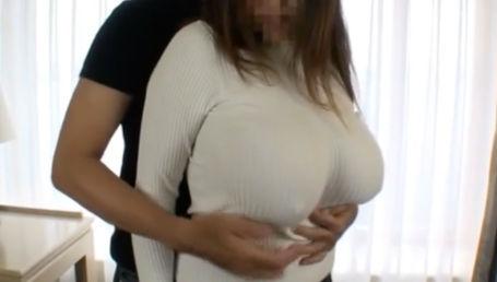 母乳が溜まってパンパンに張ったIカップ爆乳をおっさんに弄ばれるデカ乳素人妻