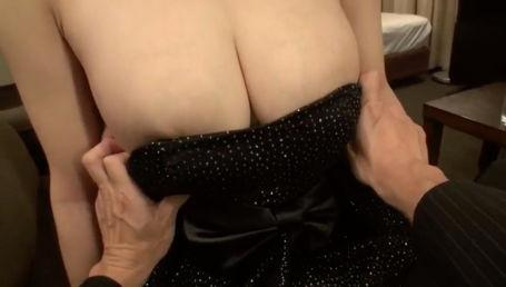 爆乳キャバ嬢と店長の不倫SEX ドレスの胸元をずらすとIカップのドデカ乳がドーン!