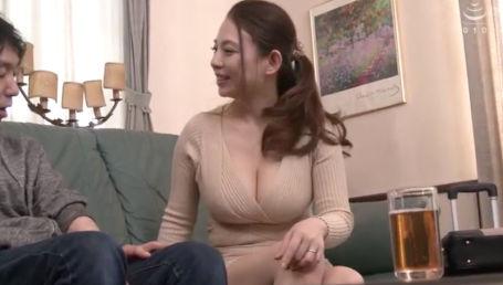 熟女とは思えないHカップ爆乳のムチムチエロボディで親友の息子を誘惑して食っちゃう痴女妻