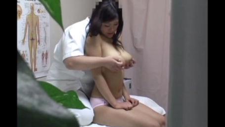 施術を受けに来た凄い身体のIカップ爆乳女教師にセクハラ施術を行い感度が上がったところでハメる悪徳整体院