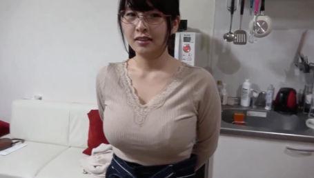 Iカップ爆乳めがね娘に家事手伝いのアルバイトをお願いしてついでにハメちゃいました