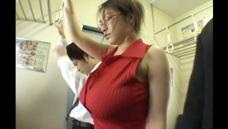 シャツのボタンが弾け飛びそうな程突き出たIカップに目をつけられ両サイトから痴漢に揉まれる超爆乳女