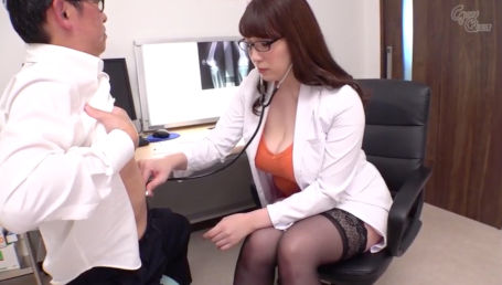 表向きは真面目一辺倒なのに実は脳内エロだらけIカップ爆乳女医が患者とのSEXでデカパイ揺らしながらドスケベな淫語を連呼する