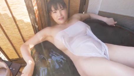 グラマラスなボディを惜しげもなくSNSで披露しているIカップグラドルが混浴イメージで乳首透けを披露