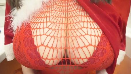 Iカップ爆乳配信者がお風呂からサンタコスでセクシーランジェリーに包まれたデカ乳を見せつけるASMR配信