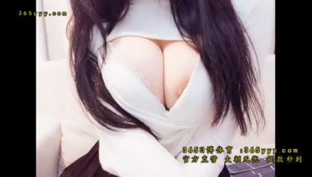 ボリューム感満点のお乳を持つIカップ配信者が穴あきセーターで爆乳強調しすぎて乳輪ハミ出しちゃった