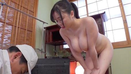 家電業者がテレビの修理に行ったら爆乳エロボディの奥さんが全裸で出迎えて誘惑してきた