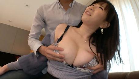 おさわりNGの高級マッサージ店で働くHカップ爆乳お姉さんがハメ撮りでエッチな言葉を口ずさみながらイキ果てる