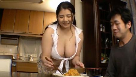 Kカップのデカ乳がハミ出しちゃうエッチなコスプレ姿で家事代行してくれる超乳家政婦