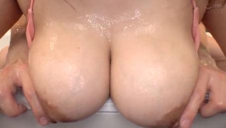 奇跡のKカップ超乳女子大生がきわどいビキニに着替えてローション風呂で全身ぬるぬるソーププレイ