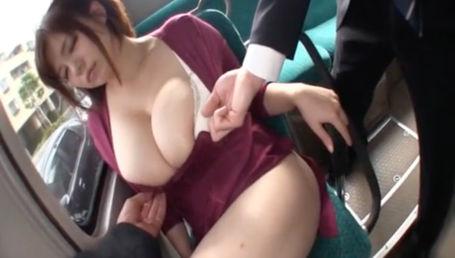 特大Lカップのメガ乳女がボディライン丸わかりなぴちぴちタイトマキシワンピース着てバスに乗ったら当然のように痴漢される
