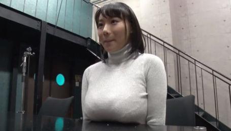 机の上に乗ってしまう大きさのJカップ爆乳女子がガン突きバックで乳首が床に擦れて快感2倍になって即イキ