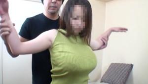 ノースリーブニットを着た爆乳人妻がおっぱい揉みしだかれて母乳出しちゃう
