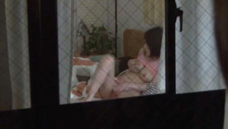 隣人の巨乳妻が夫とのセックスの後にオナニーをしてるのを目撃してしまった!欲求不満なのを知った僕は巨乳妻を誘って食べちゃいましたw