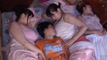 超爆乳の母姉妹と四畳半で超密着!電気代節約のため薄着でノーブラのおっぱいに挟まれて寝るとか天国かよ!
