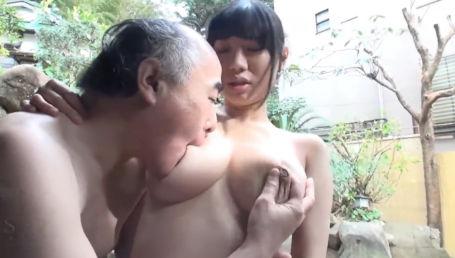 Hカップの爆乳美少女が混浴温泉でハゲおっさんにハメられる 桐谷まつり