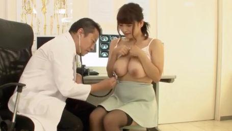健康診断にやってきた巨乳若妻に乳首こねくりまわしのセクハラ触診