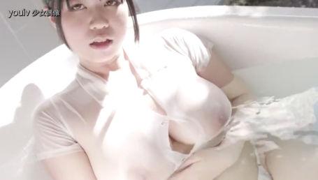 色白の爆乳Jカップグラドルがノーブラシャツでお風呂に入って乳首スケスケ
