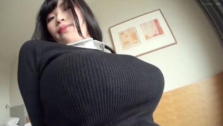 アンダー65でMカップという奇跡的なスレンダー超乳!19歳素人娘の着エロイメージビデオ