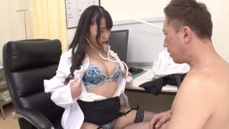 健康診断に行ったら美人で巨乳の痴女医に逆セクハラされちゃったM男さん