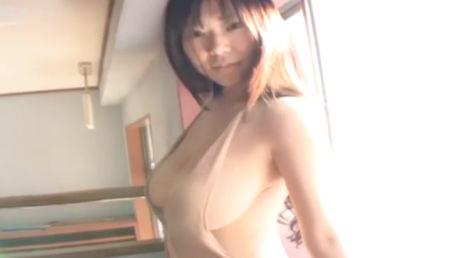 細身Kカップのグラビアアイドルがノーブラで乳首ポッチさせながら自慢のボディを見せつける