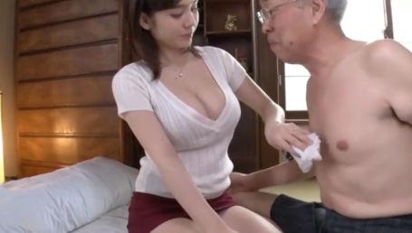 Hカップの嫁が谷間丸出し&超ミニスカ姿で義父の介護してたら肉体関係を迫られて…