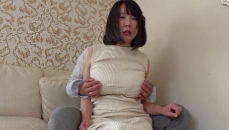 ノースリーブニットの着衣巨乳がエロいIカップ爆乳妻がチャラ男にホテルでハメ撮りされる