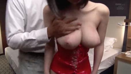 赤のボンデージ着せられた20歳の色白Hカップ娘が密室で2人の男に調教される
