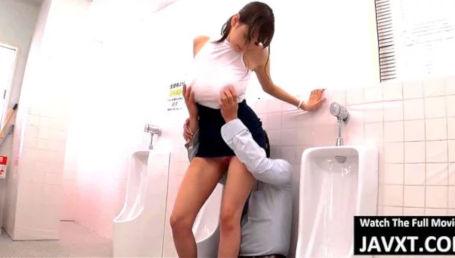 男子トイレに侵入にノーブラJカップの乳首ポッチで男を誘惑してそのままトイレでヤッちゃう爆乳美女