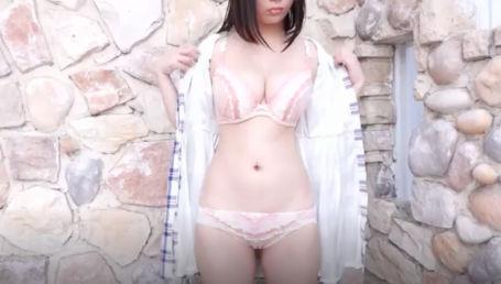 Hカップなのにクビレが凄いナイスバディな女の子がえちえちボディをこれでもかと見せつけるちょいエロイメージビデオ