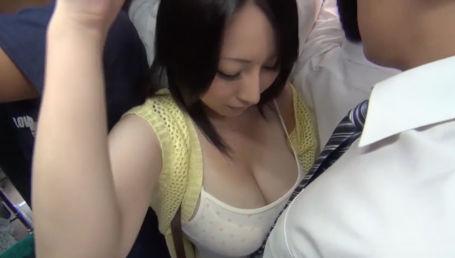 満員バスで爆乳人妻のHカップが目の前に&密着!こんな状況で我慢出来るわけがない!