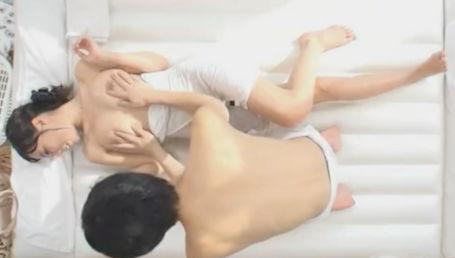 男女の友情検証企画!スレンダー巨乳女子大生と男友達が二人で混浴に入ったらエッチしてしまうのか!?