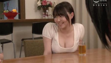 見た目は清楚、中身は淫乱なHカップクビレボイン人妻が友人の息子の童貞チ○ポをつまみ食い