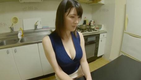 自宅のキッチンで浮気相手と激しく絡み合う長身Iカップのナイスバディ人妻