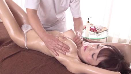 ガリ爆乳Iカップ娘がおっぱいのGスポット「スペンス乳腺」をマッサージされてイキ狂い!