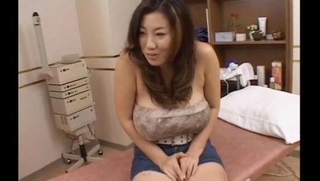 爆乳のカリスマと呼ばれた規格外Lカップの超爆乳女が淫乱ぷりを余すところなく見せつける!
