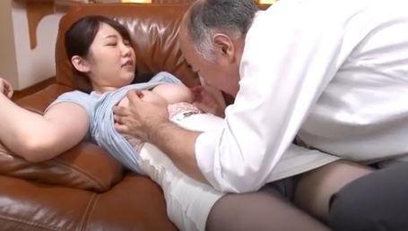 父の友人のおっさんにヤラれてその熟練テクで超敏感体質にされてしまったGカップ女子大生