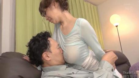 神の乳を持つ最強のJカップ爆乳美女がノーブラ透け乳で男を誘惑しまくる!