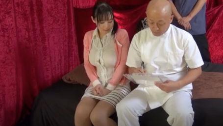 施術師二人で息を合せて同時に施術する千手マッサージで客の爆乳人妻を揉みほぐすセクハラマッサージ店
